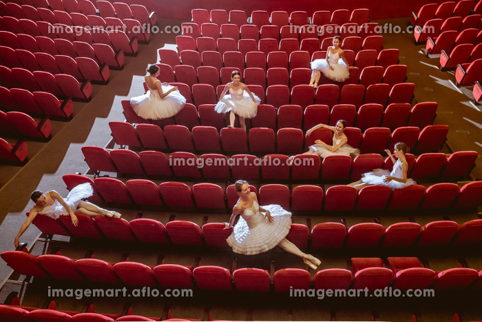 Ballerinas sitting in the empty auditorium theaterの販売画像