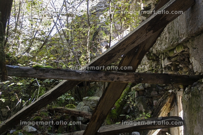 Ruin abandoned on the dolomitesの販売画像