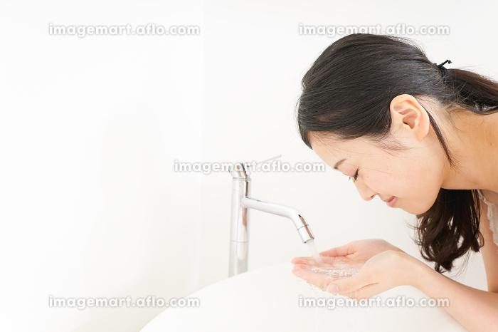 洗顔をする若い女性の販売画像