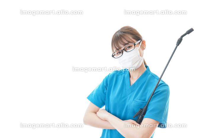 腕を組み消毒作業を行う医療従事者の販売画像