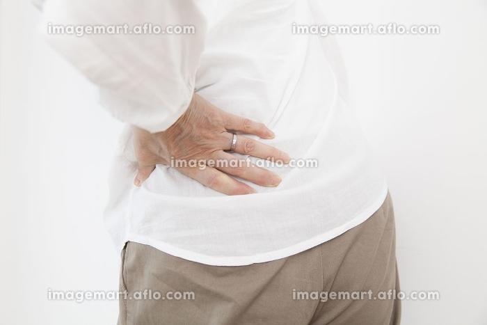 腰痛に苦しむシニア女性