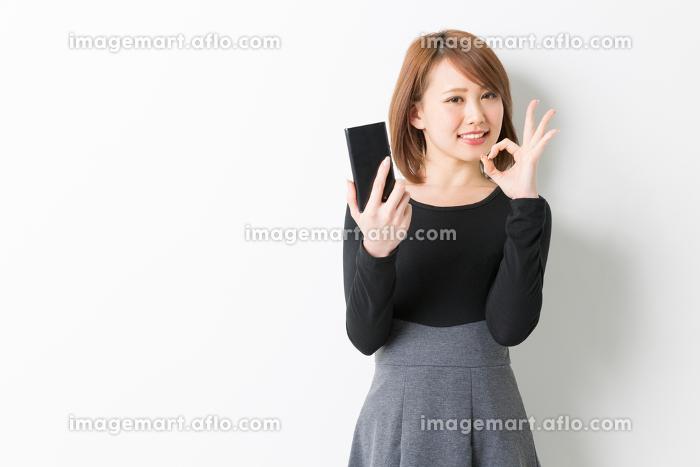 スマホを見る女性の販売画像