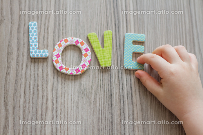 Child is Writing Word Love From Colorful Toy Lettersの販売画像