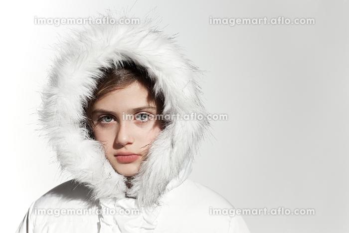 Girl wearing a white coat with fur hoodの販売画像