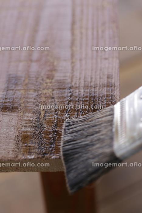 木材にオイルステインを塗るDIYのイメージの販売画像