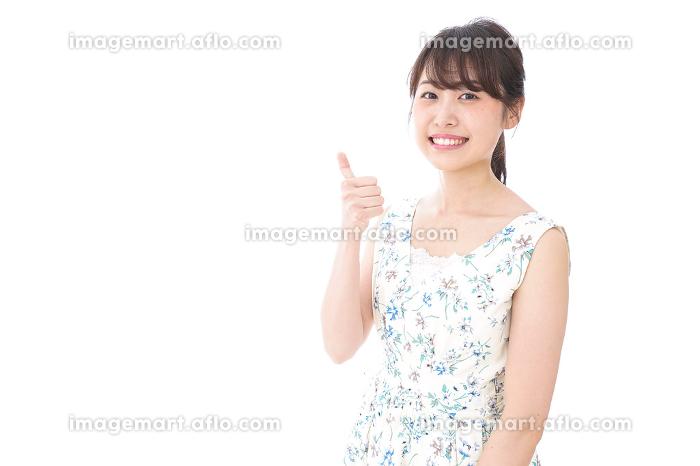 グッドサインをする若い女性の販売画像