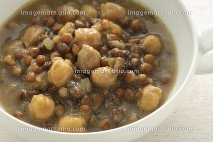 ナチュラルな木の上の野菜と豆のミネストローネのスープの販売画像