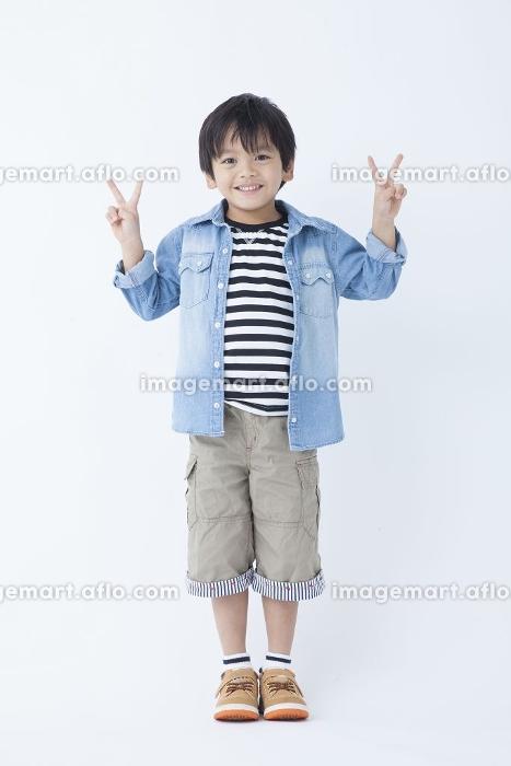 ピースをする男児の販売画像