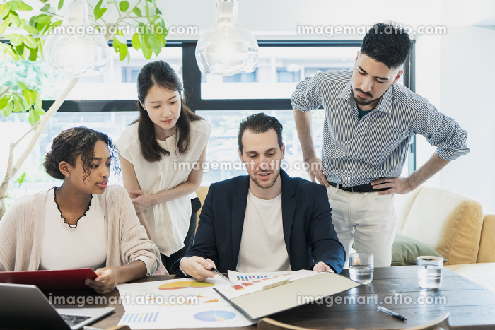 カジュアルな雰囲気のオフィス空間でミーティングするビジネスマンたちの販売画像