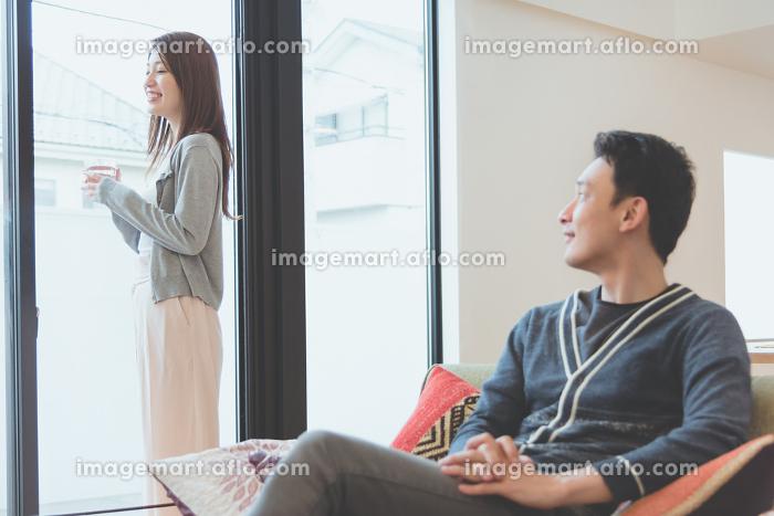 朝のリラックスタイムを楽しむ夫婦の販売画像