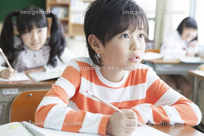 教室で勉強する小学生の販売画像