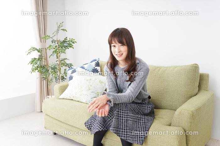 自宅でリラックスをする女性の販売画像
