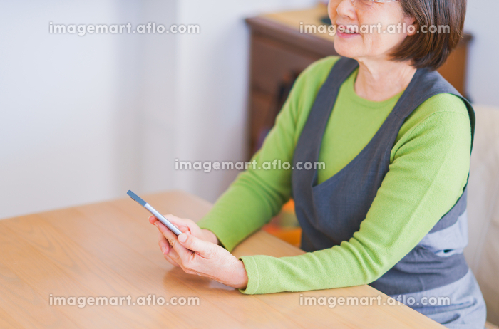 ボケ防止(認知症対策)にスマホを使いこなす シニア 老人 女性 日本人【アクティブシニア】の販売画像