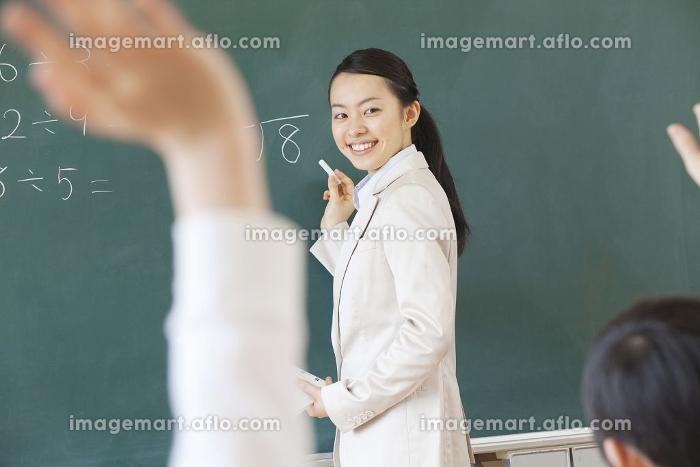 笑顔で授業をする女性教師