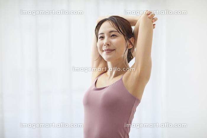 ストレッチをする若い日本人女性の販売画像