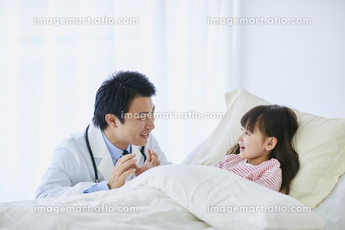 病室を回診する日本人医師の販売画像