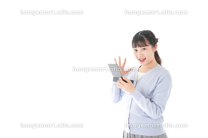 プレゼントを渡す若い女性の販売画像