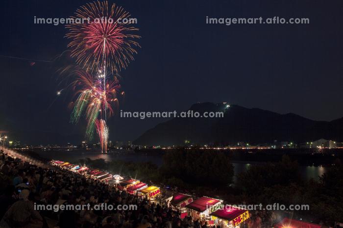 長良川の花火大会。岐阜県岐阜市。の販売画像