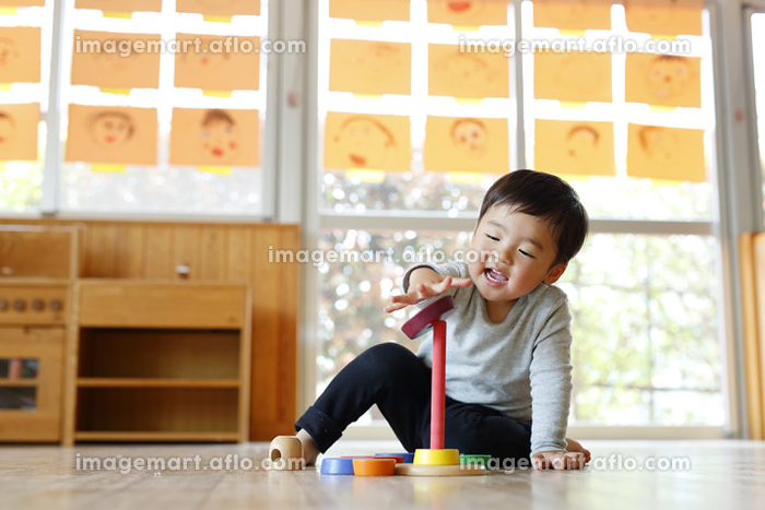 積み木で遊ぶ日本人の男の子の販売画像