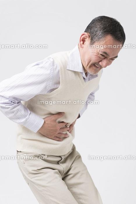 腹痛を訴えるシニア男性