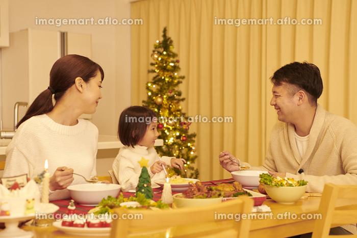 クリスマスのごちそうを食べる日本人家族の販売画像