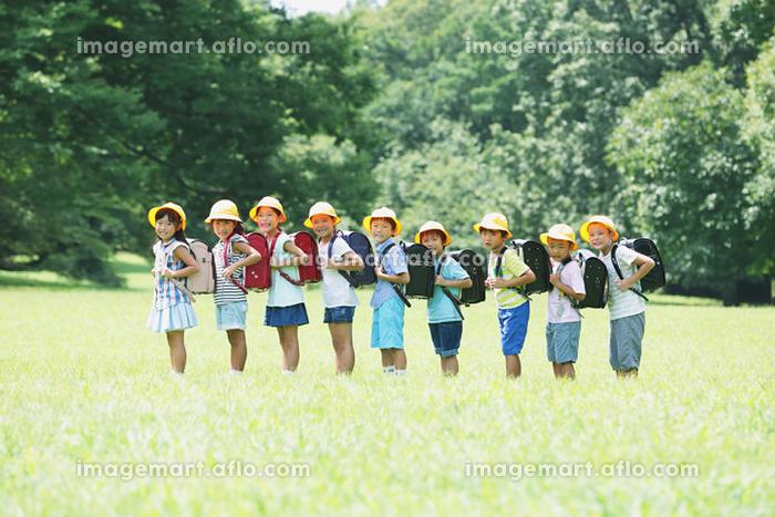 公園で整列する日本人の小学生たち