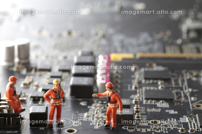 パソコンの基盤の上にいる人間のミニチュア人形のジオラマ風景の販売画像