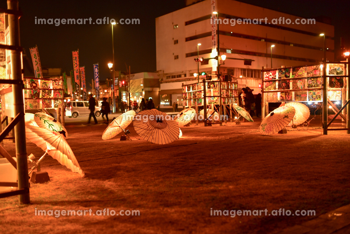 竹灯籠と和傘のライトアップされた美しいお祭り山鹿灯籠浪漫の販売画像