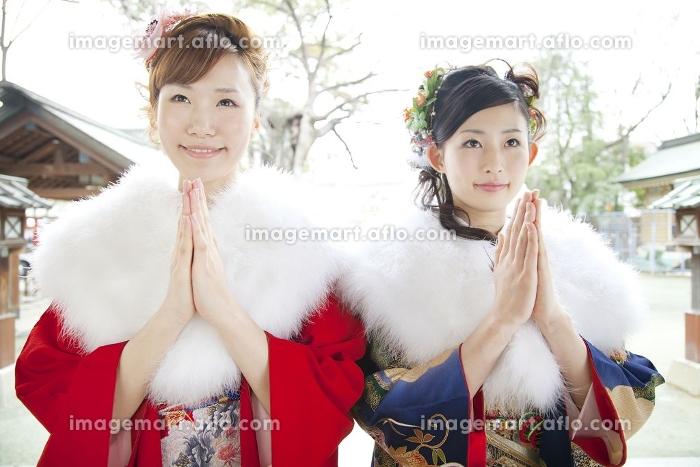 お参りをする振袖姿の女性2人の販売画像