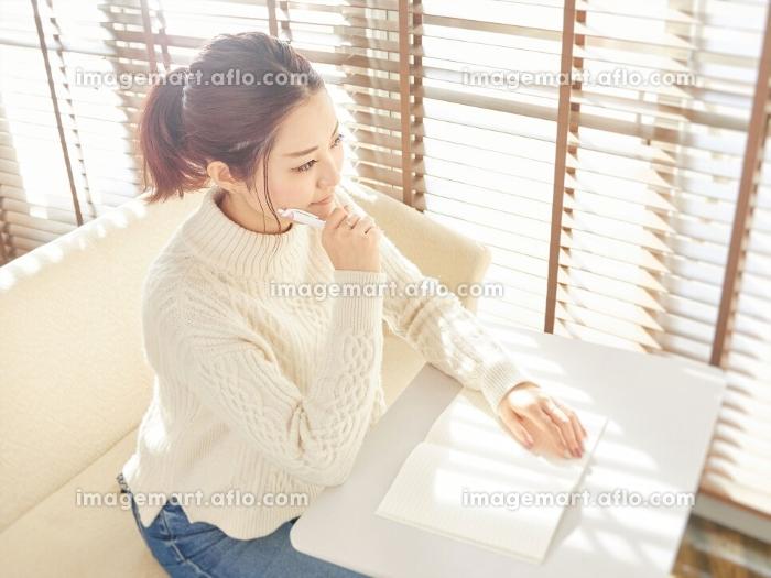 考え事をするアジア人女性の販売画像