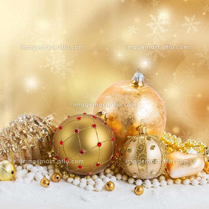 golden christmas decorations border on bokeh background with sparkles. golden christmas decorationsの販売画像