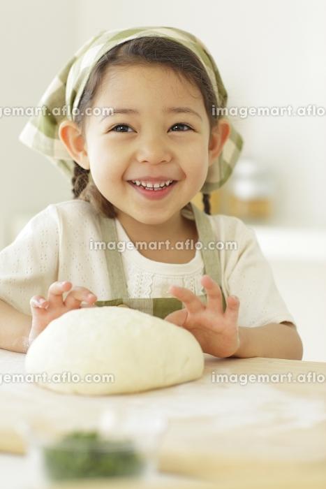 パン生地を作る小さな女の子