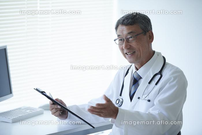 問診をする医者の販売画像