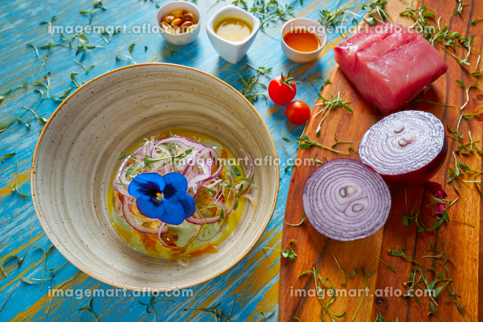 Fish ceviche latin preuvian recipe on bowl with pansy flowerの販売画像