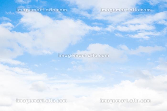 雲の多い青い青い空の販売画像