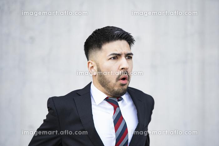 不安な表情のビジネスマンの販売画像