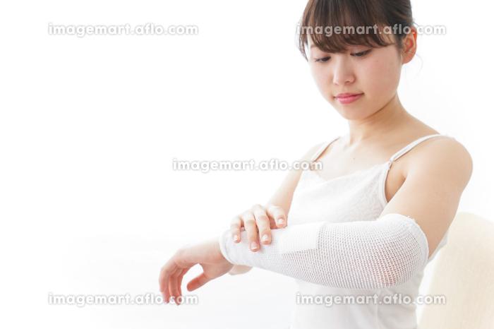 腕のケガをした女性の販売画像