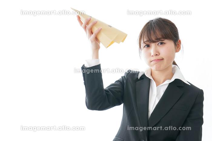 給与に不満を抱く女性・ベースアップ・春闘イメージ