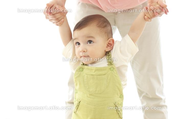 お母さんに支えられる赤ちゃんの販売画像