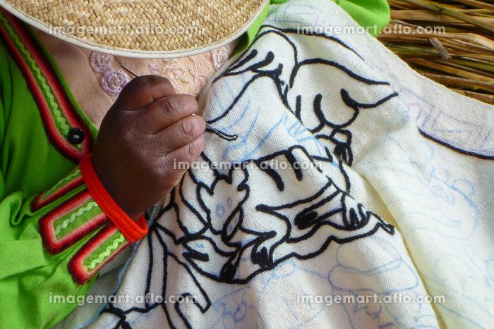 ペルー・チチカカ湖の浮島ウロス島にて編み物をする女性の手元クローズアップの販売画像