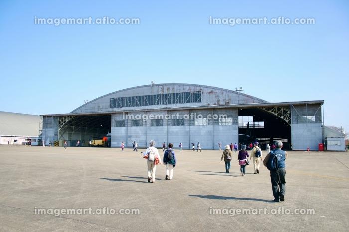 自衛隊の飛行機の格納庫の販売画像
