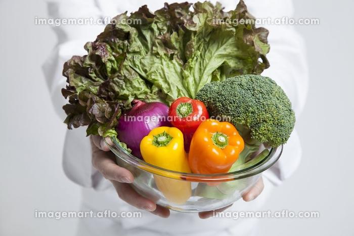 野菜を持つ調理師の販売画像