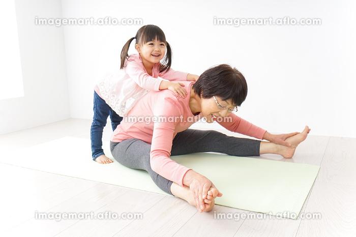 体操をするシニア女性と孫の販売画像