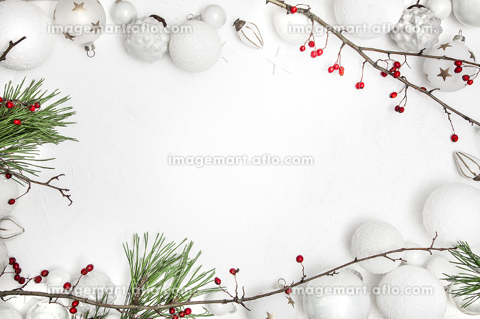 Christmas white wood background with bauble and red berriesの販売画像