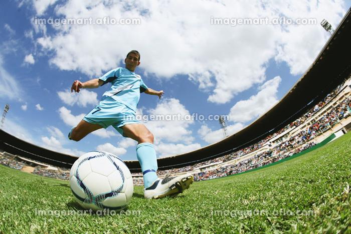 シュートするサッカー選手の販売画像