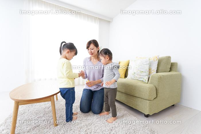髪の毛をセットする子供とお母さんの販売画像