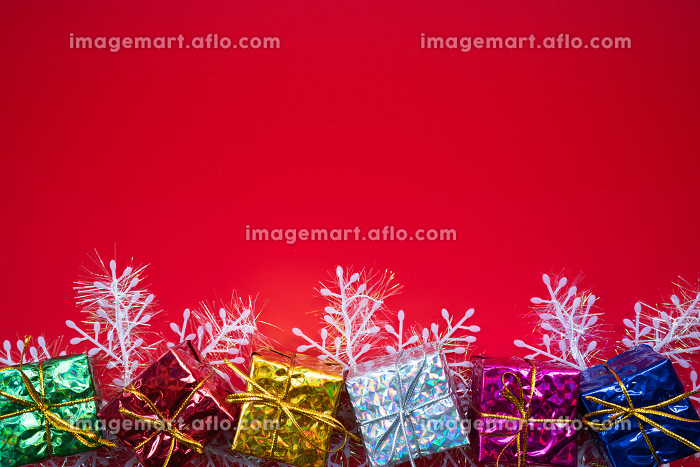 Christmas composition. Christmas gift on red background. Flat laの販売画像