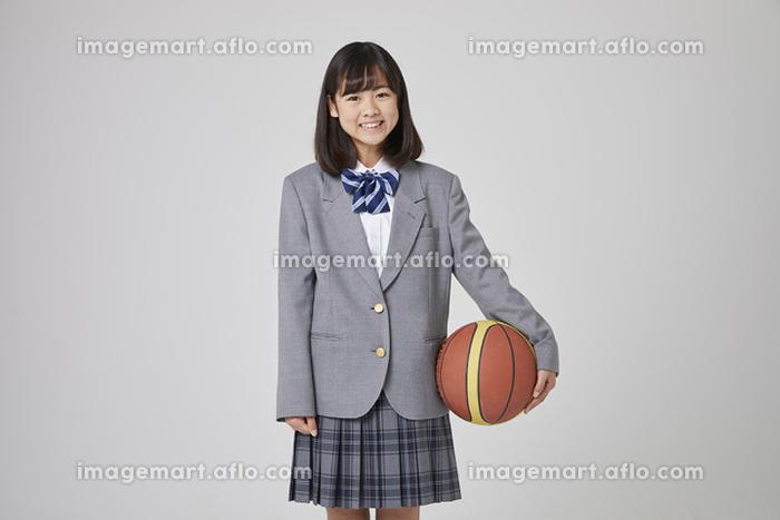 バスケットボールを持つ女子中学生の販売画像
