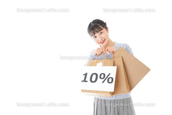消費増税を心配する若い女性