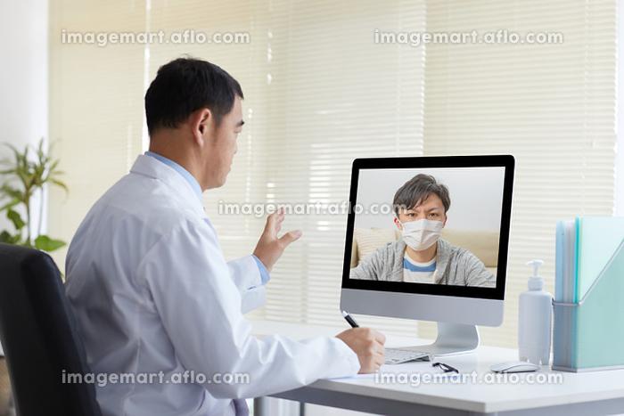 オンライン診療をする日本人医師の販売画像